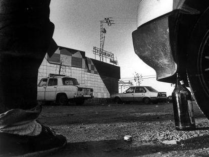 Aparcamiento de una discoteca de la Ruta del Bakalao en los años ochenta.