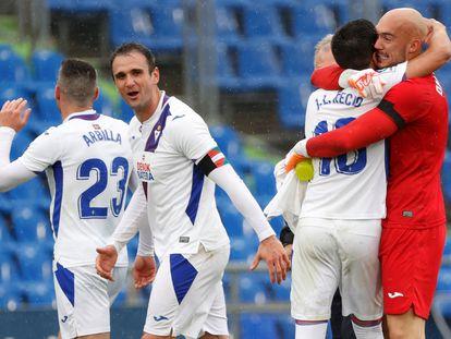 Los jugadores del Eibar celebran su triunfo ante el Getafe este domingo en el Coliseum.