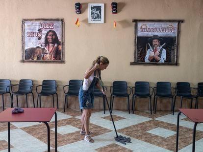 Una empleada limpia el interior de la cervecería Layso, donde se originó la pelea entre las dos familias y donde se estaba llevando a cabo la pedida de mano de los novios, el martes en El Álamo.