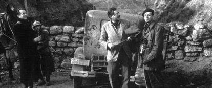 Ernest Hemingway, con gafas, en el sector de Belchite durante la Guerra Civil.