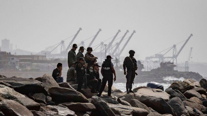 Fuerzas de seguridad de Venezuela patrullan la costa de La Guaira, donde se produjo el intento de incursión marítima.