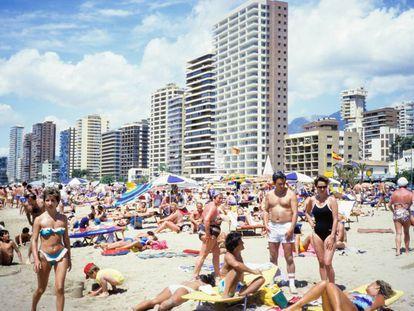La playa de Levante en Benidorm es una de las más concurridas de España. La imagen fue tomada en 1998.