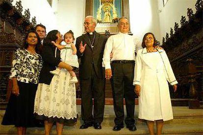 El sacerdote Gliwitzki (a la derecha), junto a su esposa, hijas, yerno y nieta, y el obispo de Tenerife.