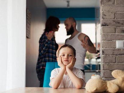 Un hijo se aburre antes las constantes peleas de sus padres.