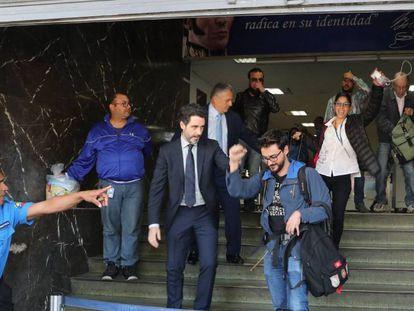 El cónsul adjunto de España en Caracas, Julio Navas, en primer plano con corbata, acompaña la salida de los periodistas de la agencia Efe Gonzalo Domínguez (junto a Navas), Maurén Barriga y Leonardo Muñoz (en último plano, con la mano en la cara). EFE/ Miguel Gutiérrez