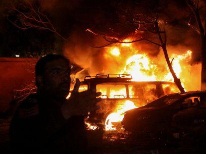 Un policía ante el incendio provocado en el hotel Serena de Quetta por la explosión de un coche bomba.