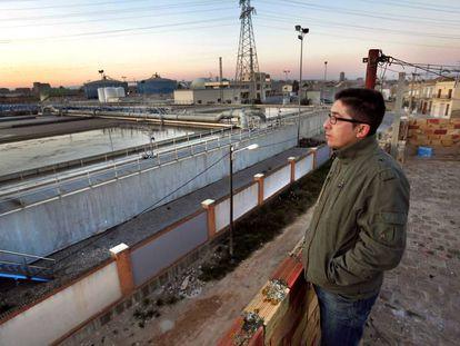 Un vecino mostraba en 2012 la cercanía de la depuradora de Pinedo de viviendas en la pedanía.