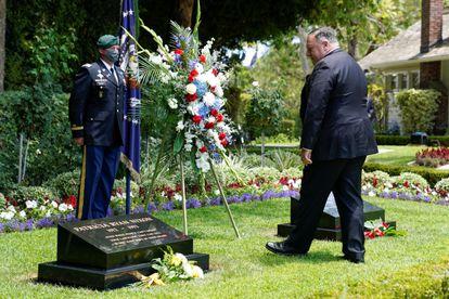 Mike Pompeo visita la tumba de Richard Nixon antes de su discurso en la Biblioteca Nixon, este jueves.