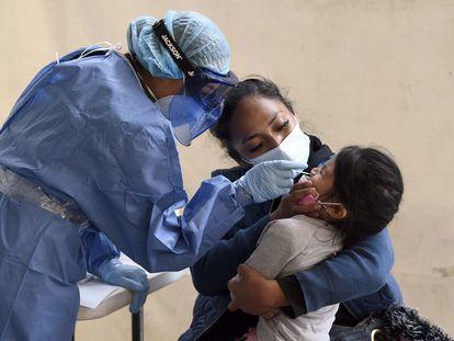 Una enfermera realiza una prueba rápida a un niño en el municipio de Nezahualcóyotl, Estado de México.