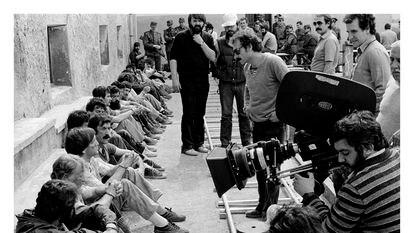 Rodaje en 1981 de 'La fuga de Segovia'. A la derecha, de pie, el director de fotografía Javier Aguirresarobe. En la cámara, el director Imanol Uribe.