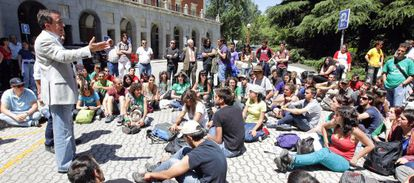 El rector de la Complutense, José Carrillo, en una concentración contra los recortes en la universidad celebrada el 22 de mayo de 2012.