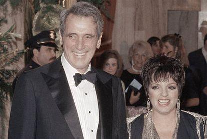 El actor Rock Hudson puso cara al sida en 1985. En la imagen, junto a Liza Minnelli, en los Globos de Oro de aquel año.