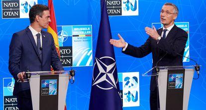 Pedro Sánchez con el  secretario general de la OTAN, Jens Stoltenberg, al término de la cumbre de la OTAN en junio, en Bruselas.