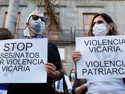 """Participantes en una concentración feminista en la Plaza de la Candelaria en repulsa por """"todos los feminicidios"""" en Santa Cruz de Tenerife."""