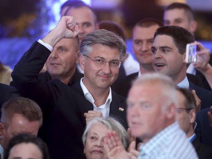Andrej Plenkovic celebra los resultados con miembros de su partido, este domingo en Zagreb.