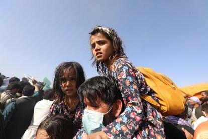 Un padre con sus hijas junto al aeropuerto, el jueves por la mañana. J. S.