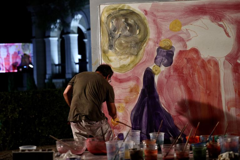 Santi Moix pintando su fresco al ritmo de la orquesta.