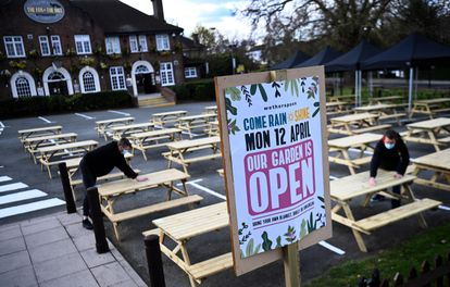 The Fox on The Hill pub prepares the reopening of its terrace in South London, on April 11