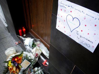 Mensajes y ramos de flores en recuerdo de la mujer asesinada en A Coruña.