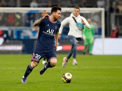 Messi conduce la pelota con un espontáneo al fondo, dirigiéndose hacia él.