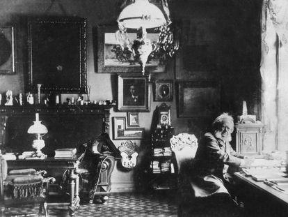 Henrik Ibsen, retratado en su estudio, en una fotografía sin fecha.