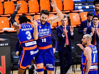 Loyd, Tobey y Colom, celebran el triunfo del Valencia
