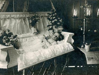En la imagen, retrato de una niña fallecida en Rochester (Nueva York, Estados Unidos), de 1912.