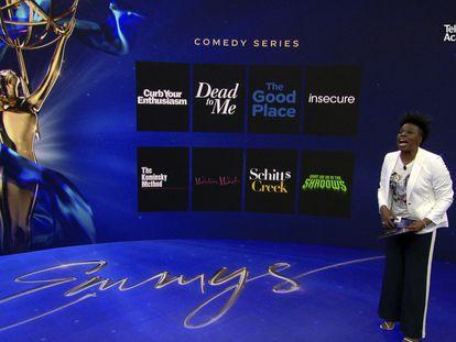 La actriz Leslie Jones, sola en un plató, lee los títulos de las nominadas al Emmy a la mejor serie de comedia el pasado martes.