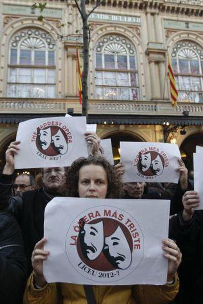 Trabajadores del Liceo se manifiestan ante su fachada en La Rambla de Barcelona, en contra del expediente de regulación de empleo.