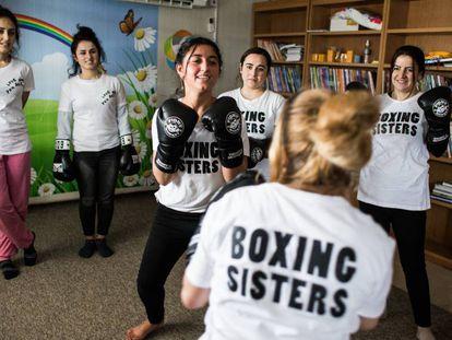 Husna entrena con otras miembros yazidíes de las Boxing Sisters en el campo de refugiados de Rwanga, en el Kurdistán iraquí.