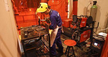 Un alumno de Formación Profesional en un taller.