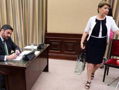 La exministra Magdalena Álvarez pasa junto al portavoz del PP José Ignacio Echániz sin mirarlo.
