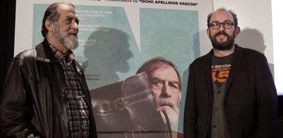 Ramón Barea y Borja Cobeaga posan este miércoles en Bilbao ante el cartel de 'Negociador'.