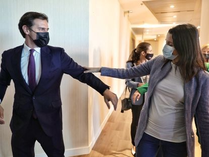 El expresidente de Ciudadanos Albert Rivera y la líder del partido, Inés Arrimadas, se saludan en el Foro Turismo, organizado por Europa Press, en Madrid, este lunes.