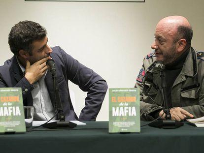Nacho Carretero y Julio Sánchez Cristo, durante la presentación del libro 'El cazador de la mafia', escrito por este último.
