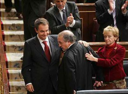 Zapatero y De la Vega dan el pésame a Pedro Solbes por el fallecimiento de su hermano.