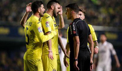 Los jugadores del Villarreal protestan a Gil Manzano.