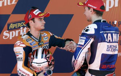 Pedrosa saluda a Lorenzo en el podio de Montmeló.