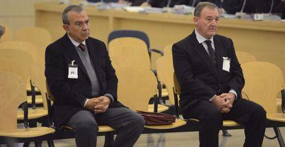 El ex director general de la CAM Roberto López Abad (a la izquierda) y el exdirectivo Juan Ramón Avilés. / Fernando Villar (EFE)
