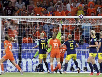 Una de las intervenciones de Hedvig Lindahl, la portera sueca, en la semifinal contra Holanda.