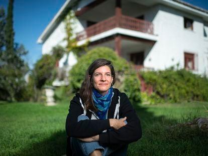 Helena de Llanos, nieta de Fernando Fernán Gómez, ante la casa en Algete donde vivieron su abuelo y Emma Cohen.