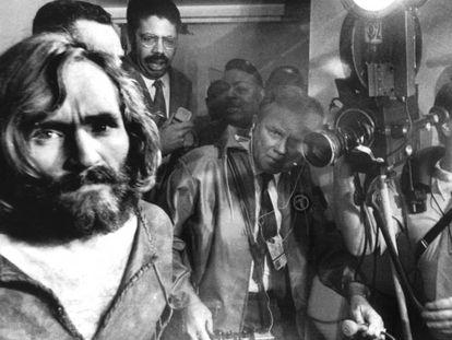 Charles Manson durante el juicio celebrado después de los asesinatos cometidos por él mismo y su 'familia'. En vídeo, imágenes de todos los miembros del grupo.
