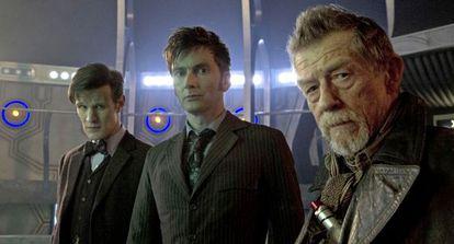 Los actores Matt Smith, David Tennant y John Hurt, en el set de rodaje del capítulo especial.