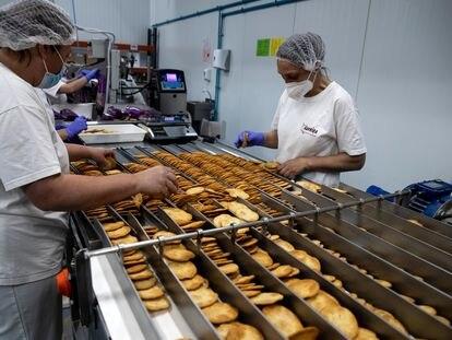 Trabajadores de Lugar da Veiga, en la fábrica de Chantada (Lugo)