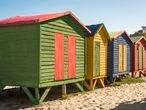 Casetas de colores de la playa de Muizenberg en la Península del Cabo, en Sudáfrica, uno de los puntos más famosos para practicar surf. 12 de diciembre de 2020