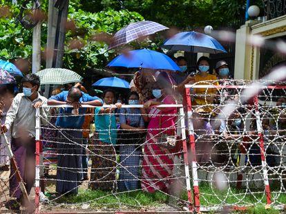 Familiares de presos aguardan en el exterior de la prisón de Insein para la puesta en libertad de sus seres queridos