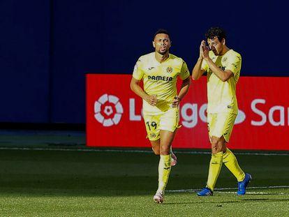 Dani Parejo (derecha) pide perdón tras anotar el gol de la victoria ante el Valencia este domingo en La Cerámica.