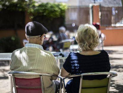 Dos personas, en una residencia de ancianos de un municipio madrileño.
