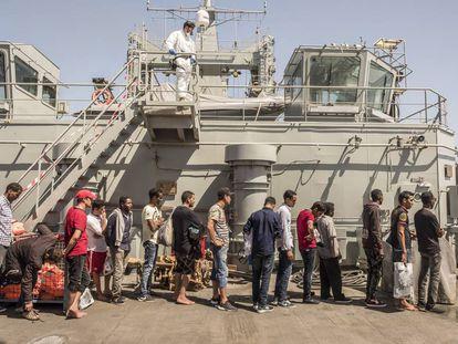 Los rescatados esperan a ser registrados en el 'Cantabria'.