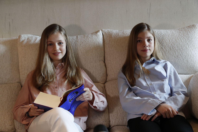 La princesa Leonor, con 'El Quijote', junto a su hermana, la infanta Sofía, en el palacio de La Zarzuela, el pasado abril.